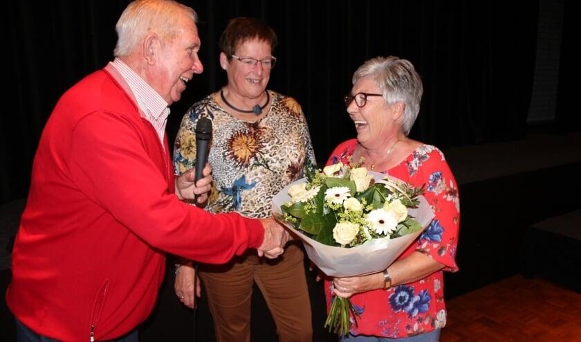 Tijdens de poteravond werd Plonie van de Tonnekreek toegesproken door de voorzitter Wim Koert en ontving zij een mooi boeket bloemen.