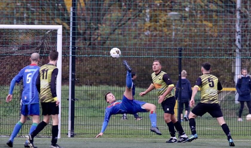 GHVV'13 verloor zaterdag bij Vlotbrug. Danny Poldervaart (omhaal) scoorde de enige treffer voor GHVV'3.