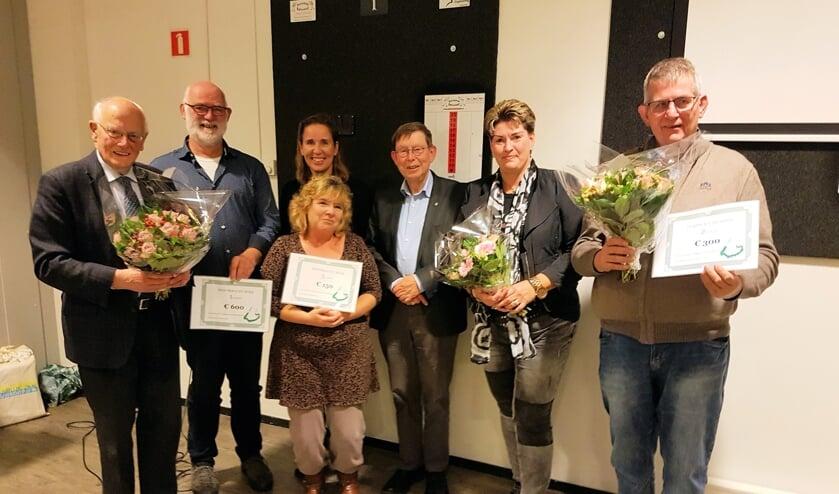 De prijswinnaars uit Nieuw Lekkerland, Stellendam en Ooltgensplaat met daarachter de juryleden Marianne Verhoev en Gert Jan Jansen.