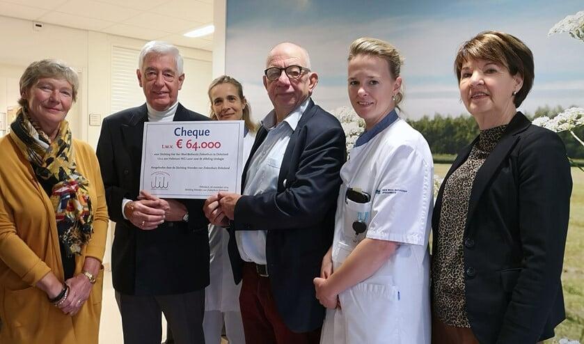 Paul van der Velden en urologen ontvangen cheque van Stichting Vrienden van Ziekenhuis Dirksland.