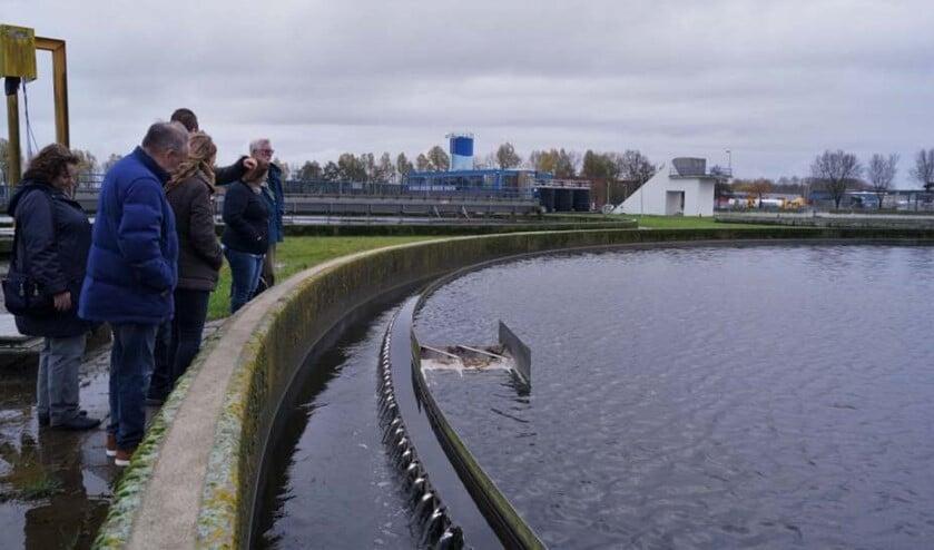 De werkgroep legt een bezoek af aan de waterzuivering in Hellevoetsluis.