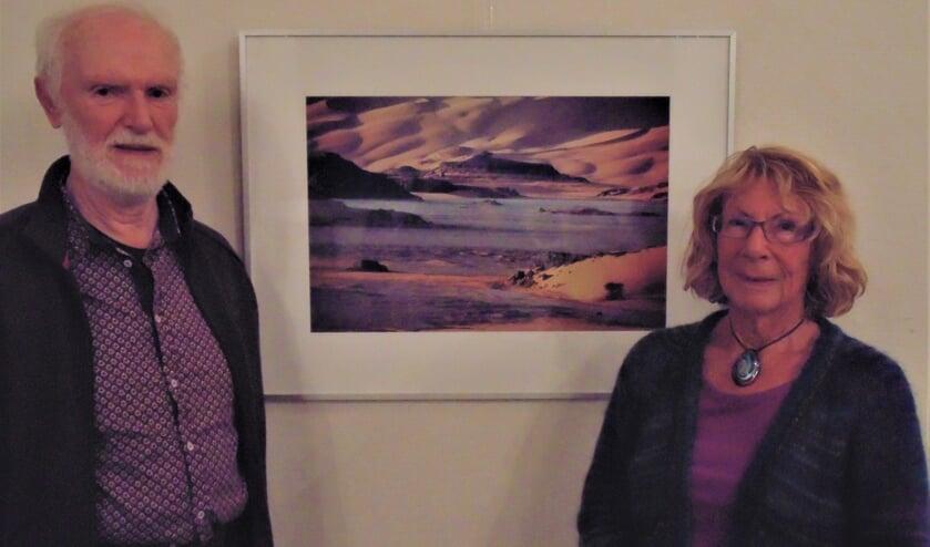Marias Velthuizen en Nelleke van Nieuwenhuijzen bij een woestijnfoto. (Foto: Cora de Boed)