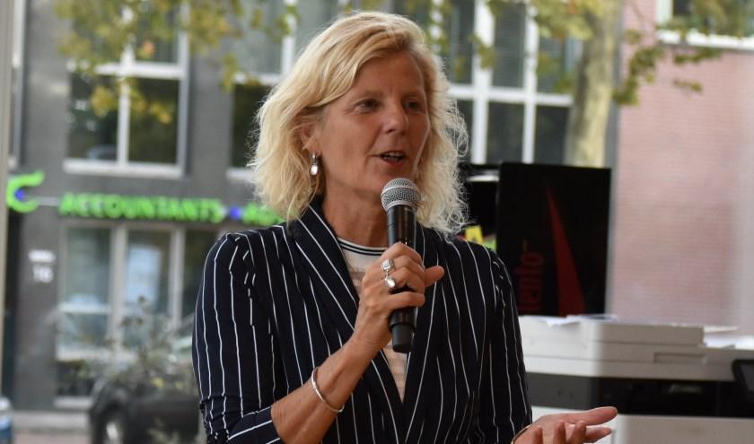 Als reden voor haar vertrek geeft Karin Zwinkels aan dat in de afgelopen periode een onoverkomelijk verschil van inzicht is ontstaan met haar fractie over uiteenlopende onderwerpen.