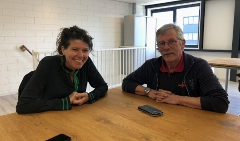 Wethouder Lies van der Pol in gesprek met Peter van Vliet, verhuurder van een pand op bedrijventerrein de Pinnepot