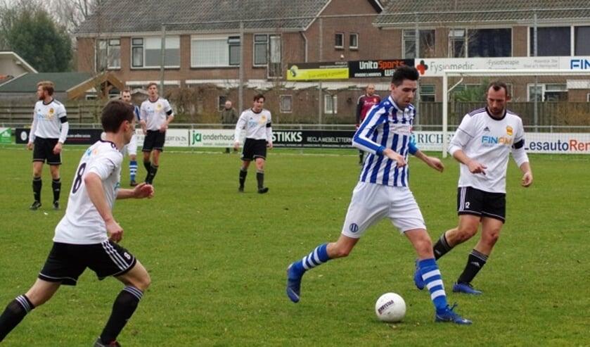Arjan van Gurp (links) en Robbin Arensman (rechts) op jacht naar de bal die  Ramon de la Haye in zijn bezit heeft.