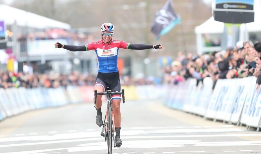 Chantal Blaak wint omloop Nieuwsblad.