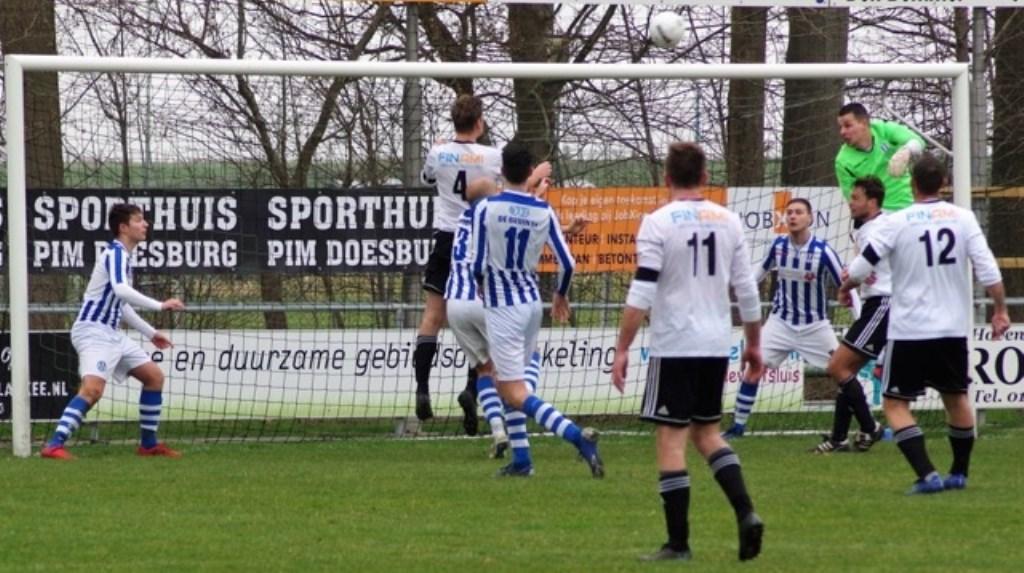 Paul Looij (4)  kopt de 2-0 binnen .  © GGOF.nl