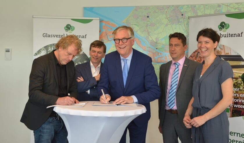 <p>In 2019 bleek er in het buitengebied voldoende belangstelling voor glasvezel te zijn en de gemeenten gingen een overeenkomst aan met Glasvezel Buitenaf om de aanleg te realiseren.</p>
