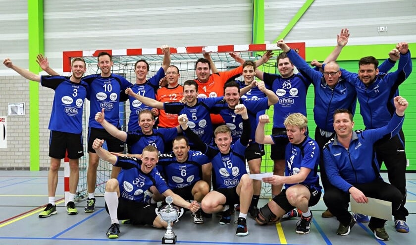 De handballers van HVOS zijn kampioen en gaan volgend jaar naar de landelijke tweede divisie. Fotografie: Peter de Jong