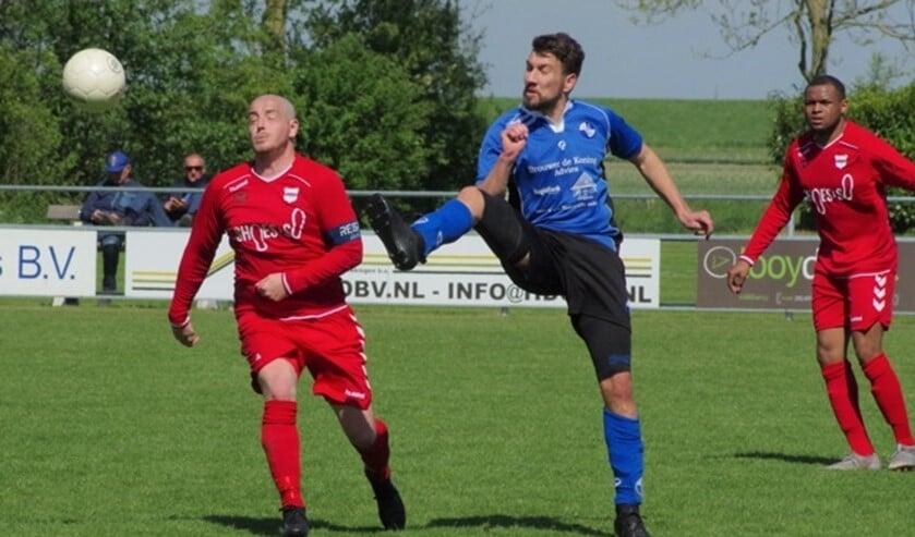 Johnno Bakker (rechts), hier in duel Kevin Michilsen (l) scoorde de aansluitingstreffer.