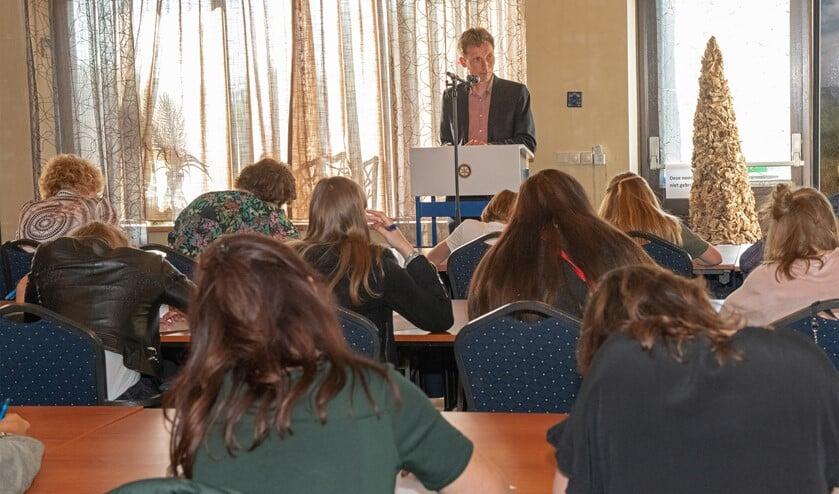 Wethouder Wilbert Borgonje las het 13de Groot Dictee voor aan 50 scribenten. (Foto: Jos Uijtdehaage).