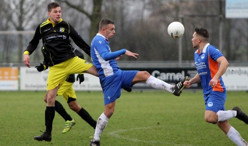 Zuidland won zaterdag bij VVOR en speelt zaterdag om lijfsbehoud in de tweede klasse tegen Rozenburg.