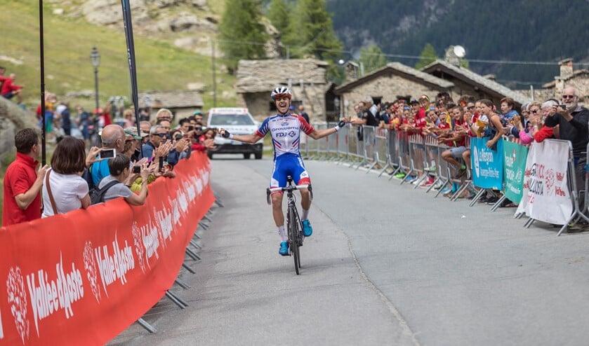 Kevin Inkelaar wint in het Italiaanse Valsavarenche de tweede etappe in de Giro della Valle d 'Aosta Mont Blanc.