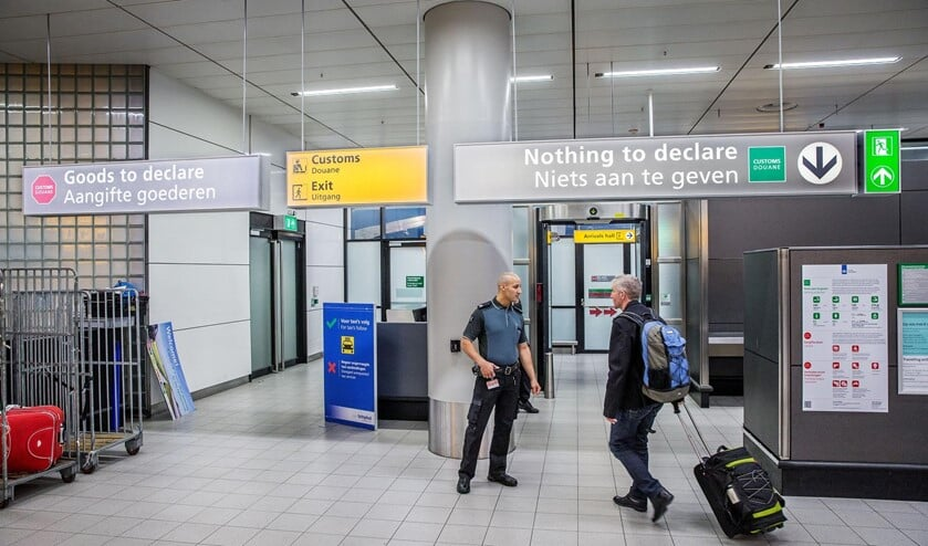 Wanneer bij in- of uitvoer geen aangifte nodig is, gaan reizigers door de groene doorgang 'Niets aan te geven' op Schiphol.