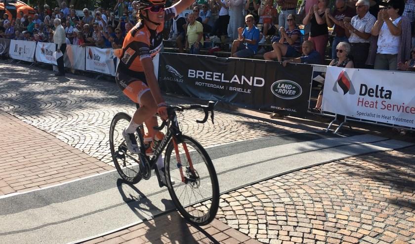 Chantal Blaak heeft zich verlost van Julia Soek en soleert in de Profronde van Oostvoorne naar de overwinning.