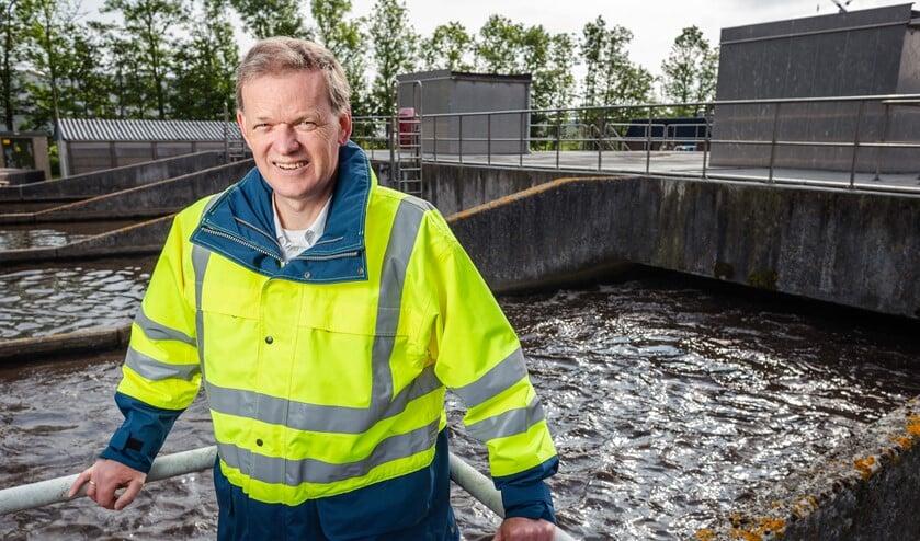 Heemraad Leo Stehouwer voor een rioolwaterzuiveringsinstallatie.
