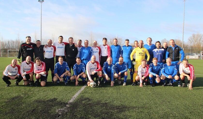 Voetballers uit de periode dat er tussen WRW en SC Voorne enige animositeit was kunnen het anno 2020 uitstekend met elkaar vinden. (Foto: Wil van Balen).