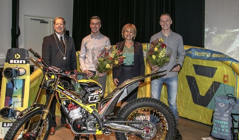 Kitesurfer Joris Herwijnen en trialcoureur Renzo Zoon (r) werden vorige week woensdag 'gemeentelijk gehuldigd'. (Foto: Wil van Balen).