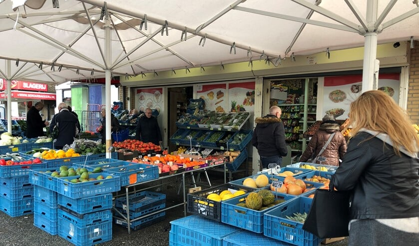 Zomer of winter; het is altijd druk bij de Serdar Bakkerij en Supermarkt.