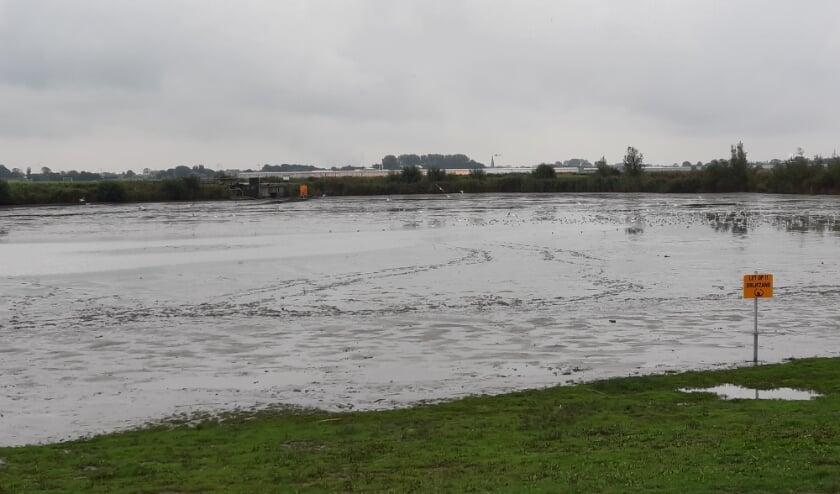 <p>De plas bij het Kraaiennest is leeggevist en droog gepompt. Foto: (PR/Weidevogelpact Midden-Delfland)</p>