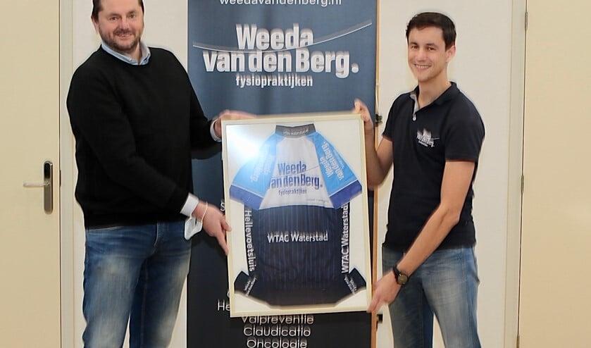<p>Erik den Adel, voorzitter van toerclub WTAC Waterstad, overhandigt het ingelijste shirt aan Frank Weeda, samen met Levi van den Berg ondernemers van Weeda Van den Berg Fysiopraktijken. Foto Theo van Kralingen.</p>