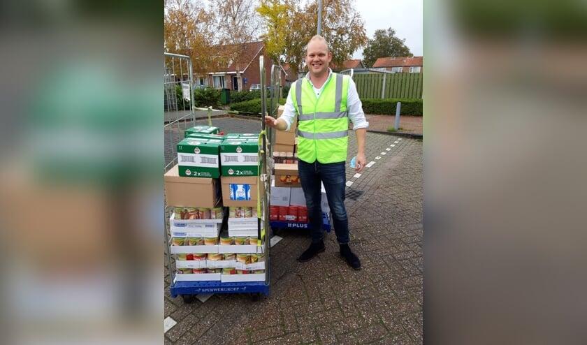 <p><strong>Een bli</strong><strong>je en trotse ondernemer, Maarten Buning, overhandigde vorige week dinsdag drie gevulde containers aan de Voedselbankactie.</strong></p>