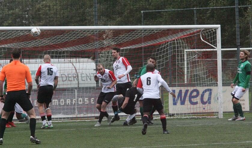 <p>Marcel van den Berg heerste in zijn eigen zestienmetergebied en scoorde twee keer voor Brielle. Foto: Wil van Balen.</p>