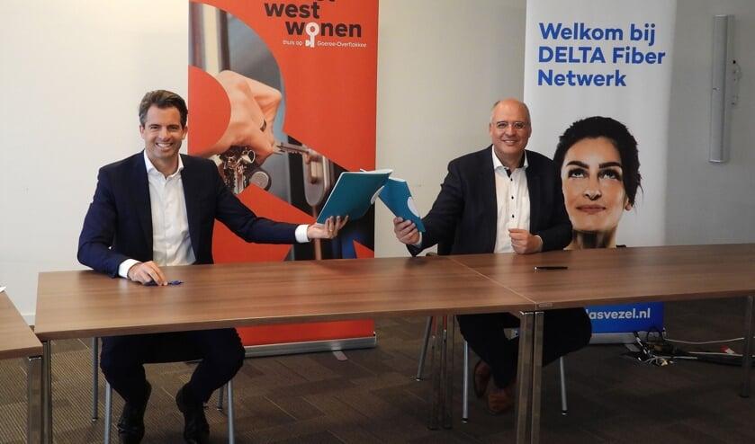 <p>Ondertekening overeenkomst: v.l.n.r. Michiel Admiraal, DELTA Fiber Netwerk en Kees van Dam, Oost West Wonen. </p>