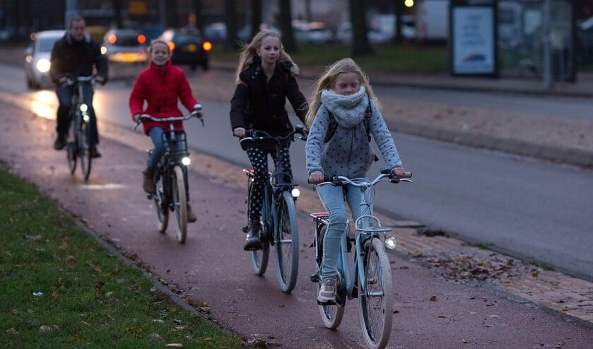 23-11-2016, Haarlem. Kinderen fietsen in het donker met fietsverlichting. Foto: Bastiaan Heus