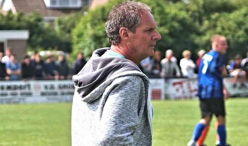 <p>Trainer Hans de Heer van Vierpolders ziet de verplaatsing van voetbalwedstrijden met lede ogen aan. (Archieffoto: Wil van Balen)</p>