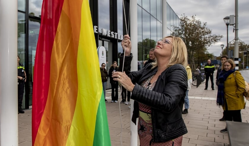<p>Wethouder Cobie Gardien hees de regenboogvlag bij het gemeentehuis. Foto: (PR/Thierry Schut)</p>