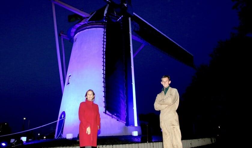 <p>Burgemeester Mil&egrave;ne Junius en molenaar Frank Moerland (Foto: Wil van Balen)</p>