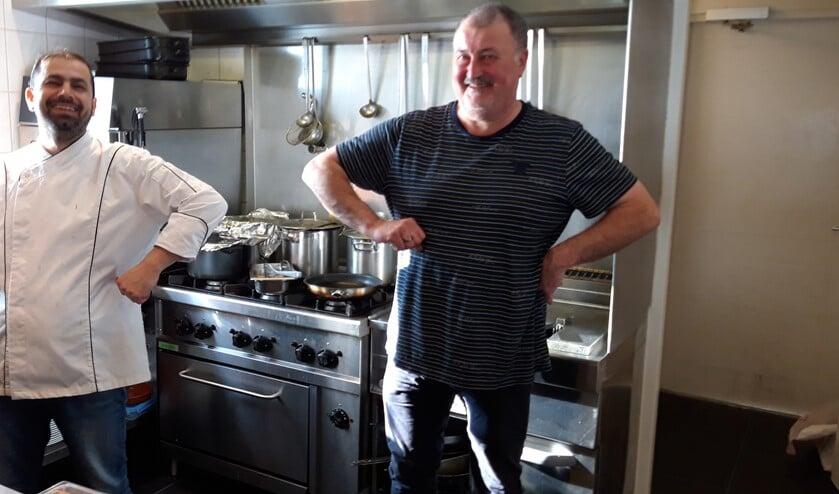 <p>Hussam Karkas en Piet Witvliet runnen met veel inzet en plezier restaurant de Reddingsloods in Ouddorp.</p>