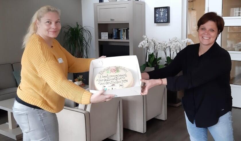 <p>Patricia ontvangt de nominatie met taarten uit handen van Sabrina Janson. Foto: (PR)</p>