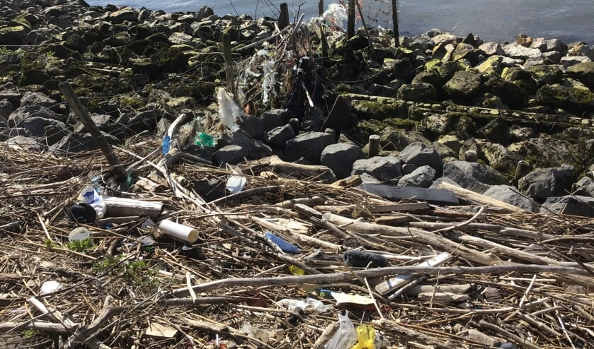 <p>Onderaan de dijken langs de rivieren spoelt heel veel zwerfvuil aan. Veelal plastic. Het laat zich raden wat zich onder de waterspiegel aan het gezicht onttrekt. </p>