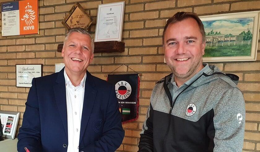 <p>Voorzitter Edwin Boogaard van Hellevoetsluis en Roel de Nooijer namens Excelsior tekenden onlangs de samenwerkingsovereenkomst tussen Hellevoetsluis en Excelsior. Foto Jaap de Nekker.</p>