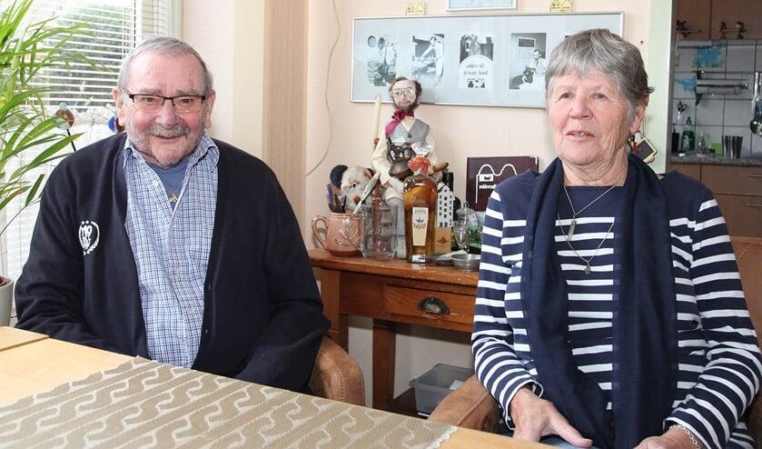 <p>Het echtpaar Van der Sluis-Quispel viert op bescheiden wijze hun 60-jarig huwelijk. (Foto; Martin M. Marcus)</p>