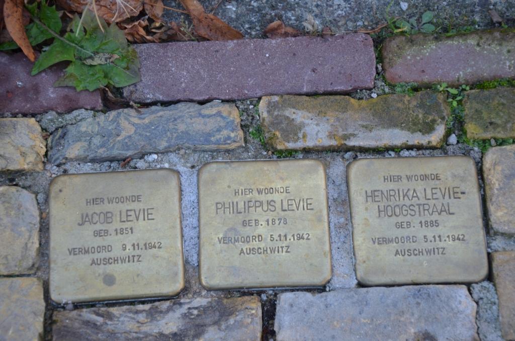Op het Hoofd in Zuidland liggen voor nummer 4 Stolpersteine voor Jaap en Philip Levie en diens vrouw Henrika Hoogstraal. Foto: Madeleine de Haas                   © GrootNissewaard.nl