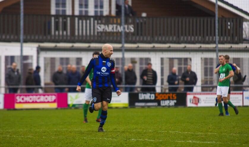 Gerben Prins viert zijn vroege goal tegen de Kogelvangers (foto: Peter Prins).