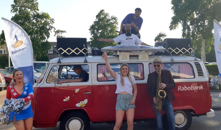 Rabobank Westland trakteerde geslaagden op een heus coronaproof pop-up feestje voor de deur.