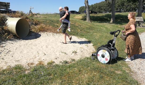 <p>Met de rolstoel kun je overal komen maar zand als valbrekende laag vormt een beperking waar een oplossing voor gaat komen.</p>  © GGOF.nl
