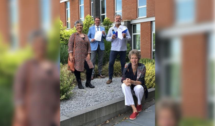 Het passeren van de akte van oprichting vond plaats ten kantore van mr. Lars Boellaard (l) van Westport Notarissen in Naaldwijk. Foto: (PR)