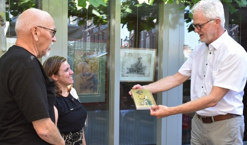 Het startsein werd gemarkeerd met de overhandiging van het eerste exemplaar van 'De schat van Sumatra' aan wethouder Piet Vreugdenhil. Foto: (WB)