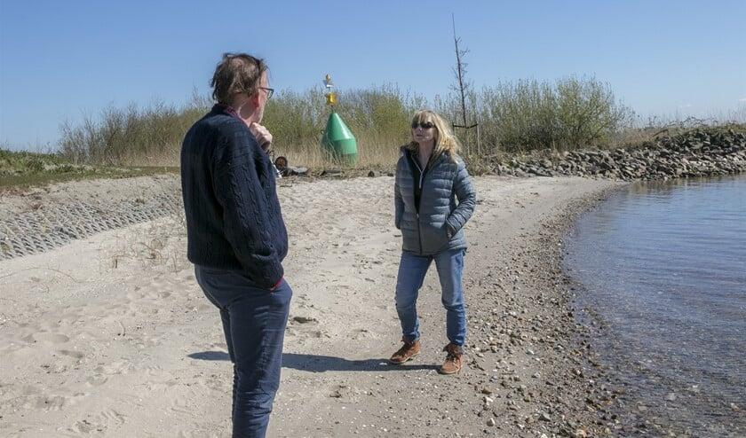 Hennie Wiersma is een van de wandelaars die vindt dat iedereen van dit mooie strandje zou moeten kunnen genieten (Foto: Wil van Balen)