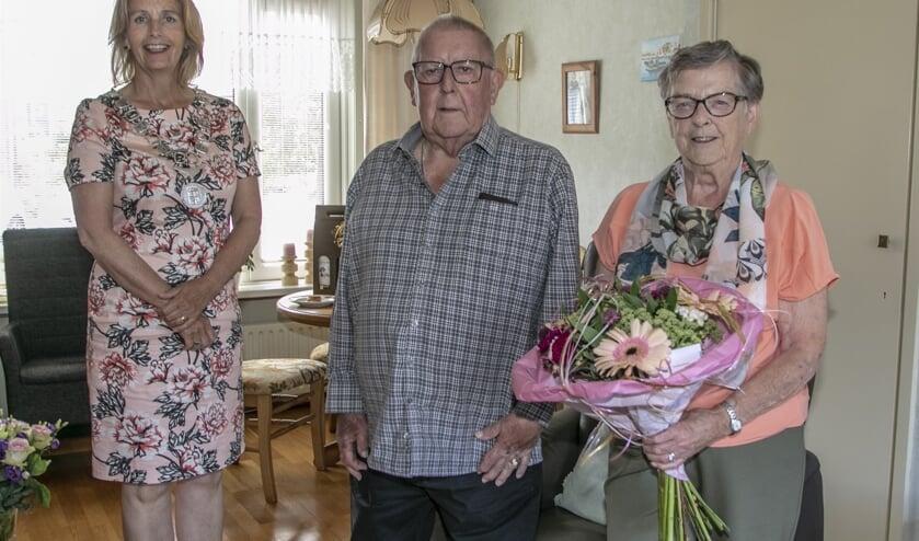 Felicitaties en bloemen van burgemeester Milène Junius voor het 60-jarig bruidspaar Van der Linden (Foto: Wil van Balen)