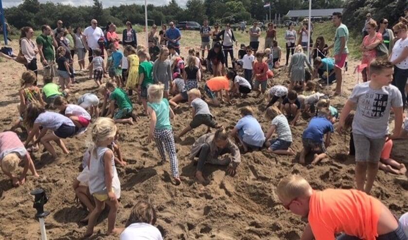 Er was veel animo voor het traditionele schatgraven in Oostvoorne afgelopen zondagmiddag