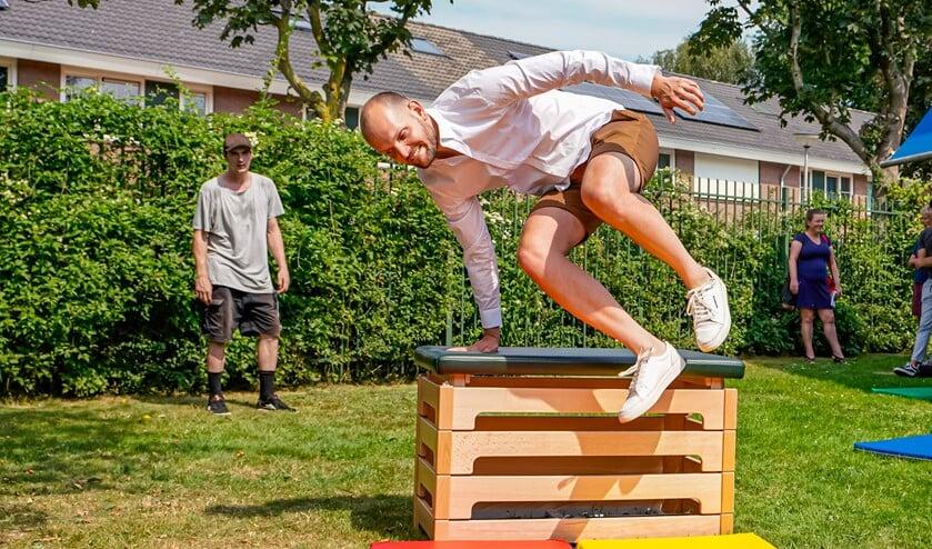 Wethouder Struijk nam een kijkje bij de Zomerschool en kon direct meedoen met freerunnen.
