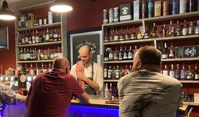 Wethouder Struijk ging tijdens het schenken van de drankjes in gesprek met bezoekers.