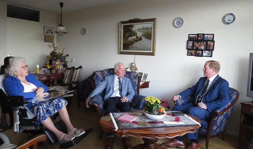 <p>Burgemeester Peter de Jong ging op bezoek bij het echtpaar van Geest&nbsp;</p>