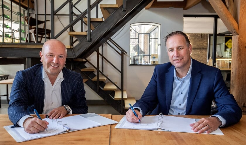 Edward Koornneef  van Samen Ontwikkelen Westland en Arie Houweling van Slavenburg Bouw zetten hun handtekening voor de realisatie van De Rentmeester. Foto: (PR/Alexander Mul)